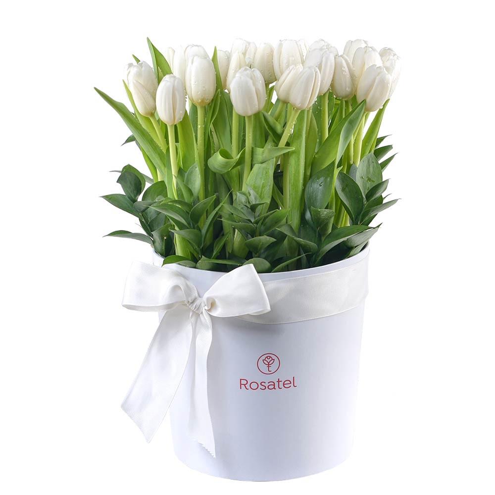 Sombrerera blanca grande con 25 tulipanes blancos decorada con cinta Recuerdos Rosatel