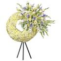 Corona de pompos con 12 rosas y otras flores en trípode Recuerdos Rosatel