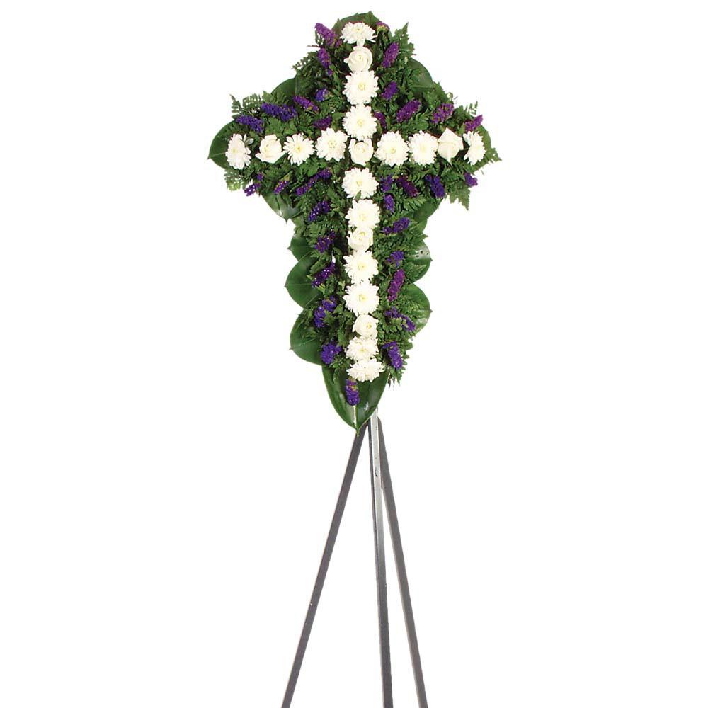 Cruz pequeña con 6 rosas, margaritas y follaje en trípode Recuerdos Rosatel