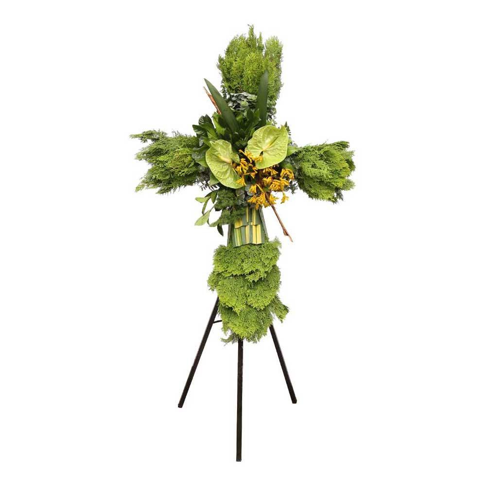 Cruz pequeña con trípode, anturios verdes y follaje Recuerdos Rosatel