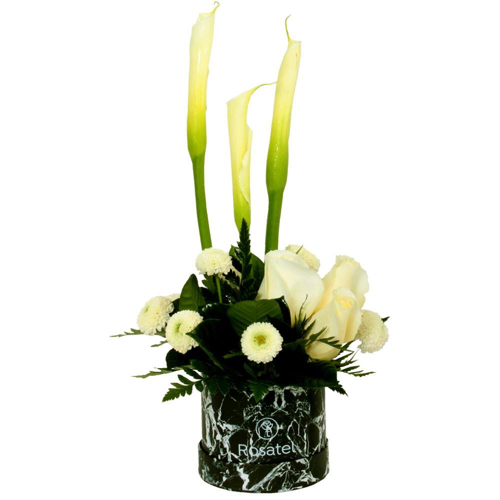 Sombrerera negra marmoleada con 3 rosas cremas, calas, flores y follajes Rosatel