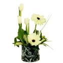 Sombrerera negra marmoleada con 3 tulipanes blancos, gerberas y follaje Recuerdos Rosatel